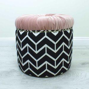 donut-roosa-triibuline-noop-kasitoo-must-valge-voldid-kuldsed-dekoratiiv-naelad