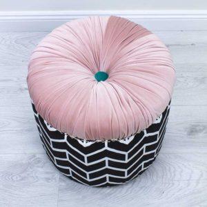 donut-roosa-triibuline-noop-turkiis-kasitoo-must-valge-voldid-kuldsed-dekoratiiv-naelad-