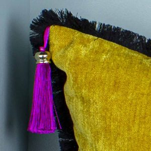 Natalja-eljas-triibuline-padi sinine-must-valge-samet-kollane
